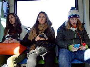 Alltag in Deutschland: Mädchen mit Smartphones